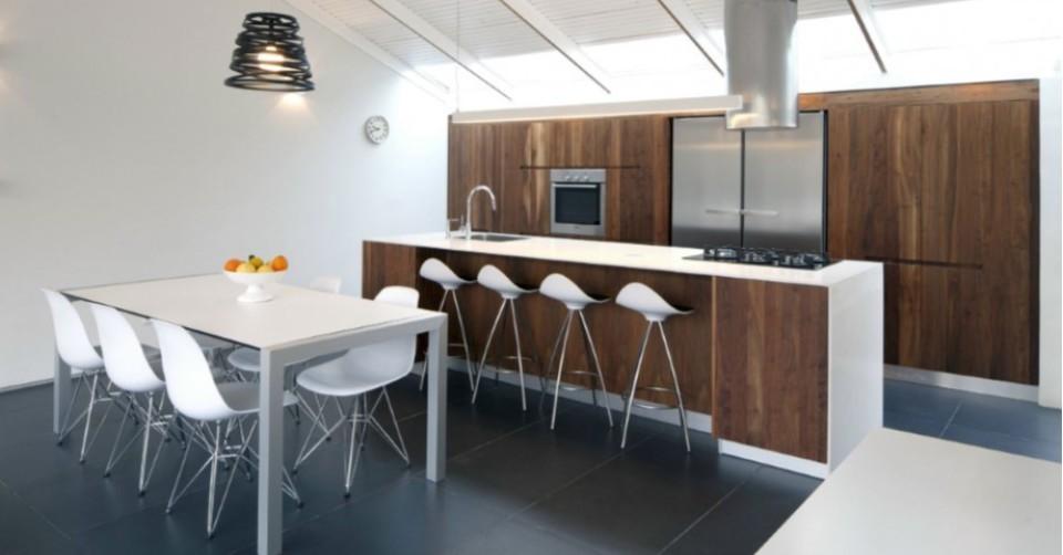 Aménagement de cuisine intégrée avec îlot central