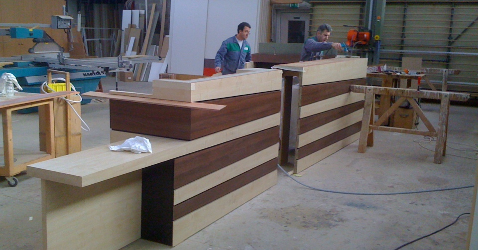 Construction d'un comptoir de bar, sur-mesure, en atelier