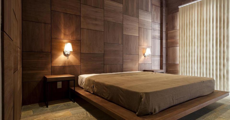 Habillage mural bois,   posé en damiers d'une chambre à couche