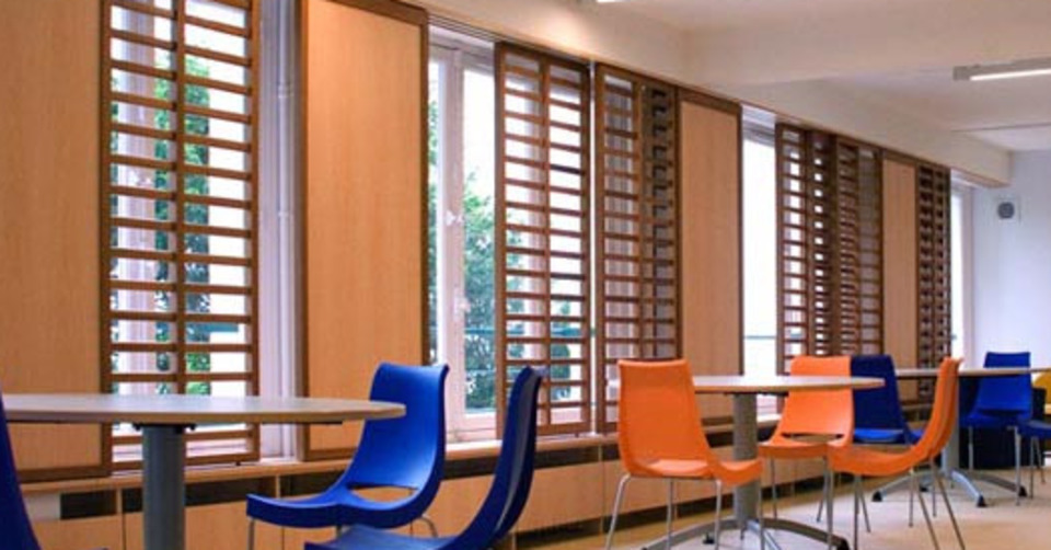 Claustras intérieurs bois coulissants devant les baies vitrées